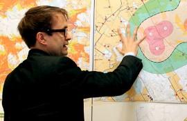 Mattias Järvinen esitteli arvioituja melurajoja kartalta.