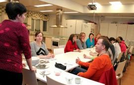 Kiireiset äidit ja yksi isäkin oli ehtinyt ruokakurssille. Vinkkejä nopeaan kokkaukseen kertoi erikoisneuvoja Pia Niemonen.
