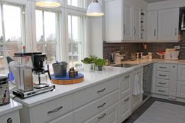 Ikkunan edessä oleva keittiötaso on pyörien ansiosta liikuteltavissa.