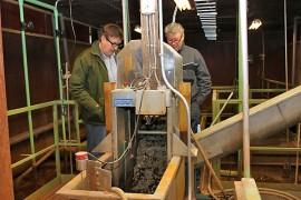 Tapani Lehto ja Veijo Salminen toivovat, että ihmiset tarkistaisivat vessakäyttäytymistään. Piittaamattomuus ja tietämättömyys kostautuvat jätevedenpuhdistamolla.