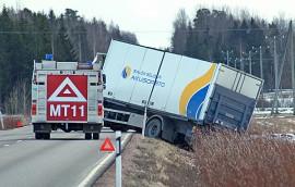 Kuorma-auto suistui Salontieltä ojaan tiistai-iltapäivänä. Kuva: Simo Päivärinta
