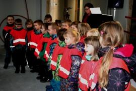 Kyrön uuden päiväkodin harjakaistunnelmaa nostatti Kyrön esikoululaisten reipas esiintyminen. Lauluja säesti lastentarhanopettaja Sanna Koskinen.