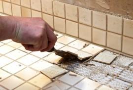 Rakennusaikaisten virheiden vuoksi kylpyhuoneen lattialaatat ovat jo irronneet alustassaan.