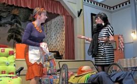Näytelmän rooleissa nähdään muun muassa Riikka Portaala (terassiyrittäjä Leila Siltala), Anne Jurttila-Portaala (kapakkatanssija Elisabet First) ja Petri Prusila (paikallinen naisenhakija). Kuva: Kiti Salonen