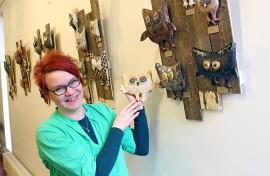 Maarit Hatakka bongaa hyviä pöllöjen nimiä kirjoista, radiosta ja ruotsalaisesta nimikalenterista. Kädessään hänellä on yksi omista suosikeista, Raakkeli.