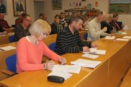 Auran valtuusto valitsi etualalla istuvan Ritva Vainion kunnanhallituksen uudeksi puheenjohtajaksi.