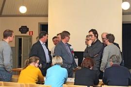 Valtuustoryhmät pitivät neuvottelutauon kesken tonttikaupan käsittelyn. Kuvassa pohtii keskustan valtuustoryhmä.