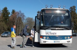 Nykyään Valtasen Liikenteen reittiliikennevuoroilla kulkee lähinnä koululaisia muun muassa Elisenvaarasta muualle Pöytyälle.