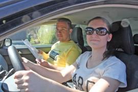 The Amazing Auranmaa -autosuunnistustapahtumaan voi osallistua kuka vain. Anna-Mari Alkio ja Teemu Helenius näyttävät mallia.