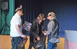 Veli Ponteva (Matias Laakso), Veli Basso (Elias Juuse) ja Veli Rumpali (Jalmari Kulmanen) joutuvat pakkaamaan tavaransa ja lähtemään maailmalle. Kuva: Mikko Perttunen