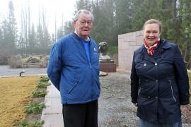 Arvo Nevala kiittelee Leena-Maija Rantalan laittaneen Karinaisten sankarihautausmaan kunnostuksen alulle. Nevala on jo useamman vuoden puhunut sankarihautausmaan kunnostamisen puolesta.