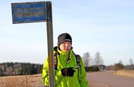 Veeti Nurminen hyppää bussiin kotinsa vierestä Härkätien varrelta.