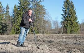 Auralainen Kimmo Rajala odottaa, että saisi iskeä lapion viljelypalstalleen.
