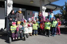 Päiväkoti Pikkukertun pikkunoidat vierailivat Viikkolehden toimituksessa torstaina.