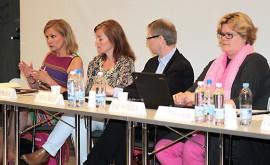 Eija-Riitta Korholan (vas) lisäksi iltaan osallistuivat muun muassa terveysvalvonnan johtaja Johanna Mäkinen, Tuulivoima-kansalaisyhdistyksen puheenjohtaja Kalevi Nikula ja Valonian johtava energia-asiantuntija Anne Ahtiainen.