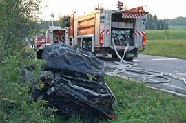 Kaksi autossa ollutta miestä loukkaantui onnettomuudessa. Kuva: Simo Päivärinta