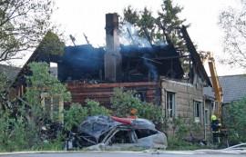 Auto syttyi tömäyksessä palamaan, minkä myötä liekit levisivät myös taloon. Kuva: Simo Päivärinta
