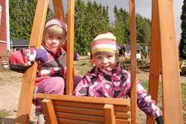 Sillä aikaa kun vanhemmat talkoilivat, Hertta ja Helmi Perttunen testasivat leikkikentän laitteet. Kuva: Kiti Salonen