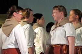 Koskelainen kansantanssiryhmä m:t esitti vuoden 2012 Koskisfolkissa tansseja ja tarinoita. M:t nähdään jälleen perjantai-iltana Koskisfolkissa Nuortentuvan lavalla. Kuva: Kiti Salonen.
