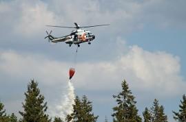 Sammutustöissä auttoi myös helikopteri. Kuva: Simo Päivärinta
