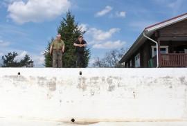 Markku Pakkanen ja Reijo Hartikka kuivaharjoittelevat jo innokkaana altaaseen pulahtamista.