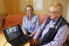 Tapio ja Ulpu Rastas etsivät Uudenkartanon kyläyhdistyksen toimesta tietoa ja valokuvia Uuttakartanoa sata vuotta sitten kohdanneesta suurpalosta.