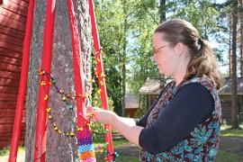 Helyjä ja heinäseipäitä -näyttelyssä on esillä muun muassa Sirpa Poson koruja.