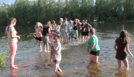 Kesäleiriläiset nauttivat pulikoinnista, vaikka vesi hiukan tuoksahtaakin.