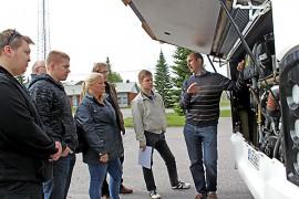 Länsilinjat palkkaa reitille 10 bussikuskia, joiden koulutus on käynnissä. Torstaina oli vuorossa uuden bussin teknisiin ominaisuuksiin tutustuminen VDL:n maajohtajan Henrik Mikkolan (oik.) johdolla.