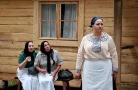 Maija (Päivikki Lekari) ja Alina (Elisa Niittymäki) kihisevät uusimmista juoruista, mutta Hildalla on suurempi huoli tulipalosta.