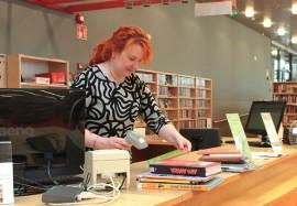 Minna Leinonen sijaisti viime viikolla oman työnsä ohella Kyrön kirjastossa. Kuva: Päivi Perkiö
