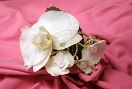 Orkidea kukkii morsiammen rannekorussa.