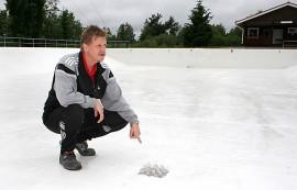Reijo Hartikka näyttää, miten uimavesi pulppuaa pikkuhiljaa Kyrön maauimalan altaaseen.