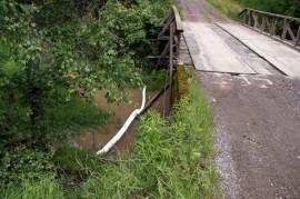 Myös Karinaistenkujan sillan alle Tarvasjokeen asennettiin öljyntorjuntapuomi. Kuva: Simo Päivärinta.
