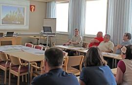 Aluearkkitehti Seppo Pärnä esitteli valtuutetuille uuden Uitonmäen asuinalueen kaavasuunnitelmia. Alue on tällä hetkellä pääosin rakentamatonta metsää.