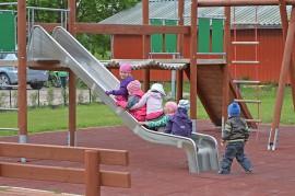 Kyläyhdistyksen aktiivien lapset testasivat viime viikolla innolla uuden puiston leikkivälineitä. Kuva: Mikko Perttunen