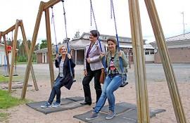 Riihikosen koulun uusi rehtori Minna Savo, eläköityvä rehtori Marjo-Riitta Nukarinen ja johtokunnan puheenjohtaja Marika Loponen patistavat päättäjiä nopeisiin toimiin koulun laajentamiseksi.