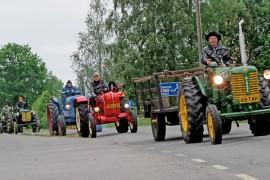 Traktorikarnevaalin kulkue pöristeli Aurasta Liedon Nautelankoskelle. Kuva: Kiti Salonen