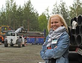 Tiina Siivonen Kankareen Paalutuksesta iloitsee yrityspalkinnosta.