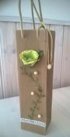 Ruusulla tuunattu lahjapakkaus.