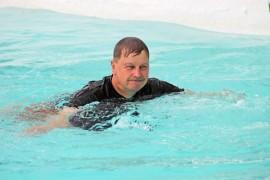 Reijo Hartikka pulahti urhoollisesti Kyrön maauimalan vielä varsin viileään veteen.