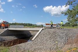 Keihäskoskelta purettiin vanha silta uuden tieltä. Liikenne siirtyy kiertotieltä uudelle sillalle ensi keskiviikkona.