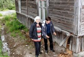 Ensimmäisessä vaiheessa laudasta rakennetun talon päädyn alaosa puretaan, tuetaan ja tehdään uudet pysty- ja vaakapuut, selvittävät Ritva Koski ja Piika Vainio myllärintalon remontista.