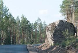 Tien vieressä oleva puolimatkan kivi on näkemäeste, mutta jää silti paikoilleen.  Se on liian suuri siirrettäväksi ja historiallisesti liian merkittävä  tuhottavaksi.
