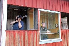 Ampumaradan ympäristölupa edellyttää, että Karinaisten Kytät eristää kivääriradan ampumakopin meluhaittojen vähentämiseksi. Sari Tenhami tähtää ja Kalle Lehtinen valvoo suoritusta.