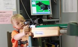 Juhani Vuorenoja, 7, ampui laserammunnassa hyvät tulokset. Jänis-, peura- ja hirvimetsällä mukana ollut Juhani haluaa itsekin isona metsästäjäksi. Kuva: Maija Paloposki