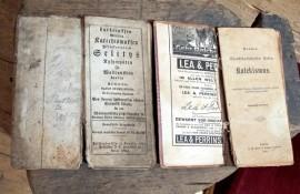 Näyttelyssä esillä olevat katekismukset ovat 1800-luvulta. Kuva: Kiti Salonen