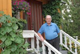 Veteraanityön ohella Arvo Nevala löytää aikaa myös puutarhanhoitoon.