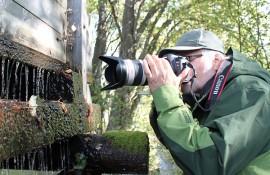 Risto Laurikainen on erikoistunut kuvaamaan luonnon ihmeitä lähietäisyydeltä. Oripään Myllylähteestä hän ikuisti hiljalleen tippuvat pisarat.