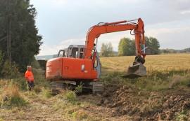 Kosken viemäriverkostoa laajennetaan haja-asutusalueelle. Rauno Elo ja Kari Koskinen peittävät kaivuita Tapalassa.